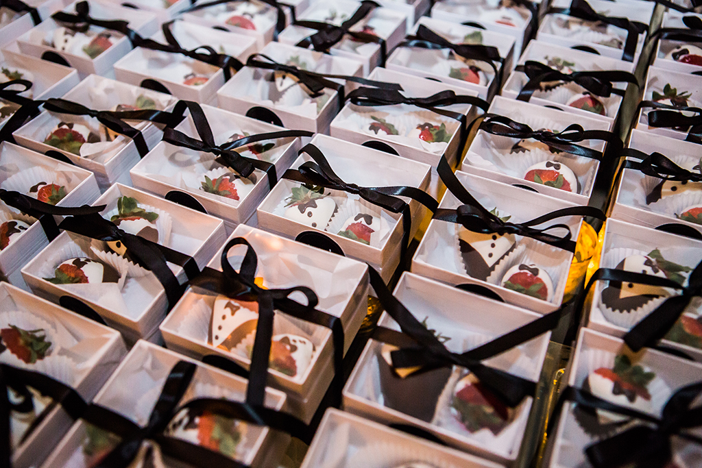 wedding favors chocolate covered strawberries