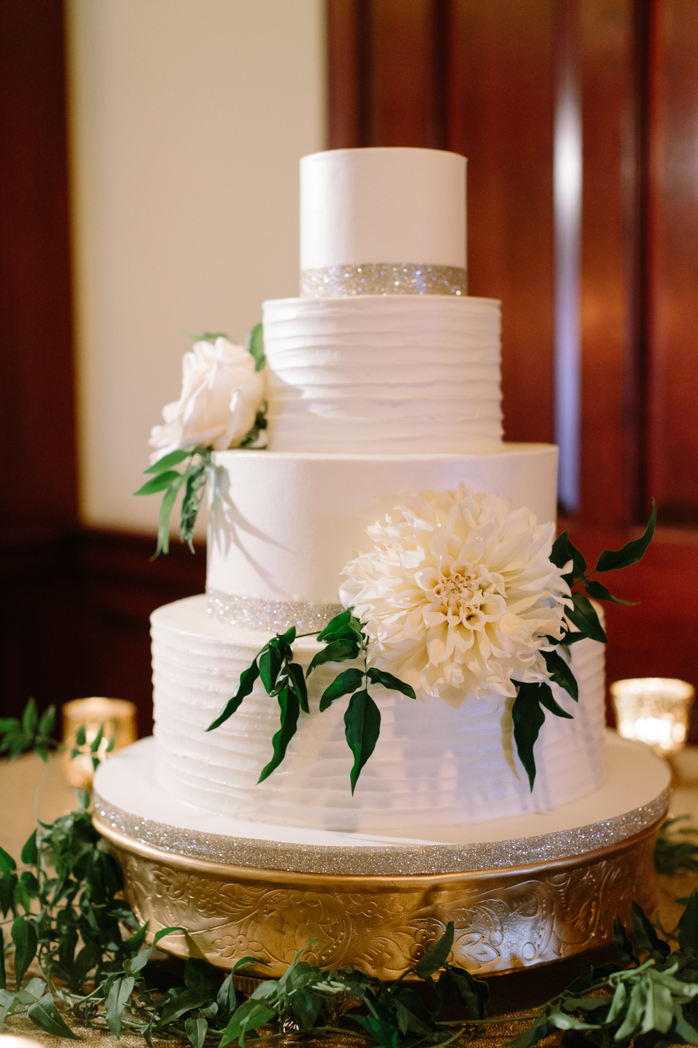 BridalPulse - Golf Lovers' Country Club Wedding - wedding cake with flower