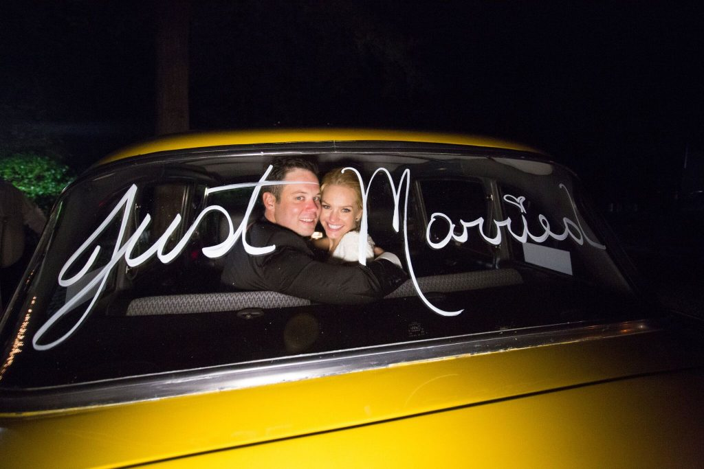 wedding planning tips and inspiration: bride and groom in nyc checkered cab nyc wedding photo opp