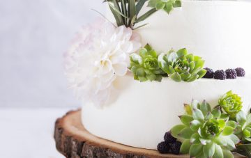 BridalPulse: The Rustic Wedding Cakes We Can't Get Enough Of | Photo: iStock | Follow @bridalpulse for more wedding inspiration!